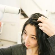 薄毛防止&ボリュームアップ! プロが教える正しい分け目の変え方