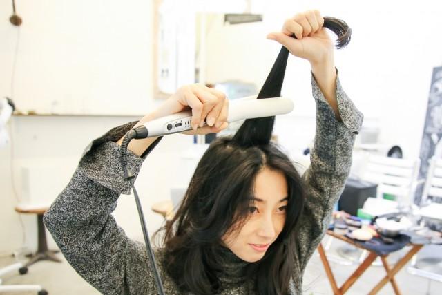 頭頂部の髪をアイロンで巻く