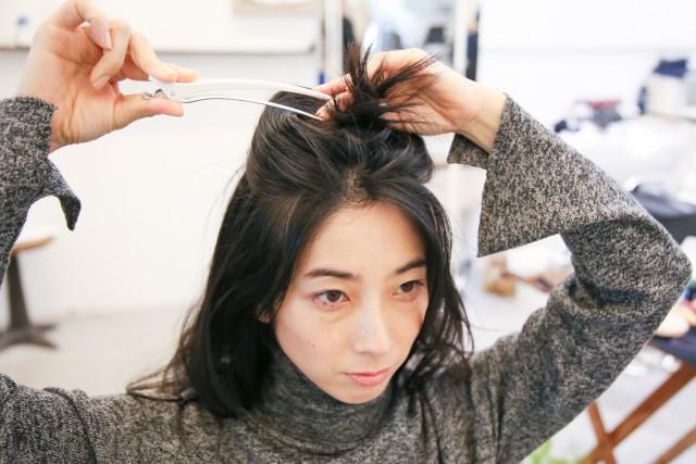 頭のハチより上の髪を取り、大きめのピンで仮留めする