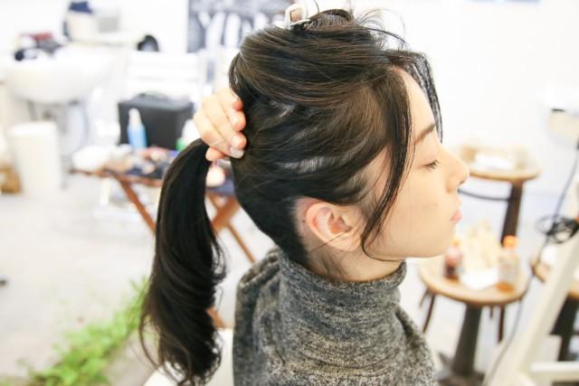 残りの髪の毛を目の高さくらいで結ぶ