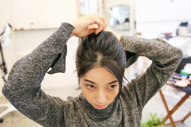 トップの髪を、ヘアゴムでまとめてから下の髪と一緒に結ぶ