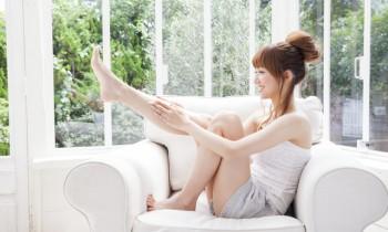 輪ゴムを足の指に巻くだけ! O脚・X脚を改善させる方法
