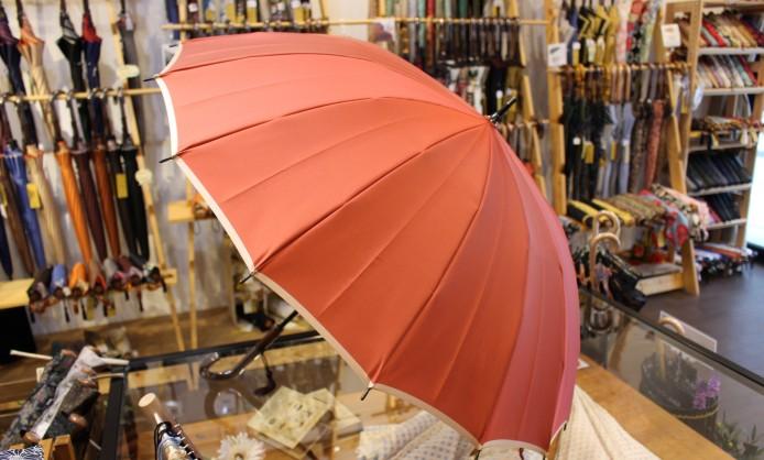そろそろビニール傘は卒業! こだわりの高級傘を持つメリットとは?