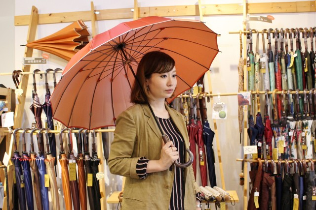 16本骨の傘は、女性らしい丸みがあり高級感が漂う