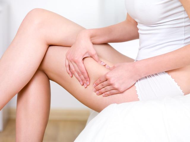 足のセルライトを消す女性
