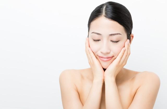 化粧水は手とコットンのどちらでつけるべき?化粧水をつけるポイントについてご紹介!