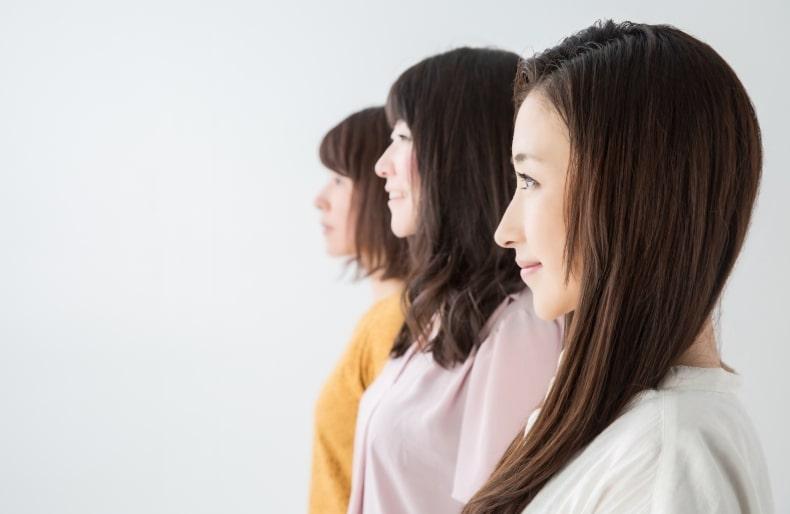 横並びの3人の女性