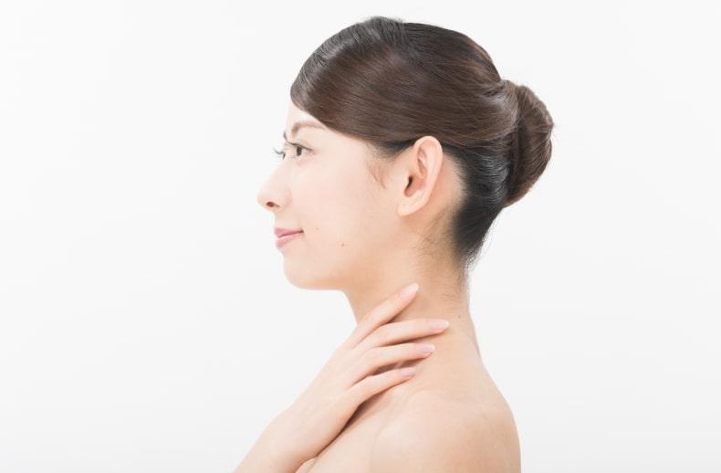 首のシワケアをする女性