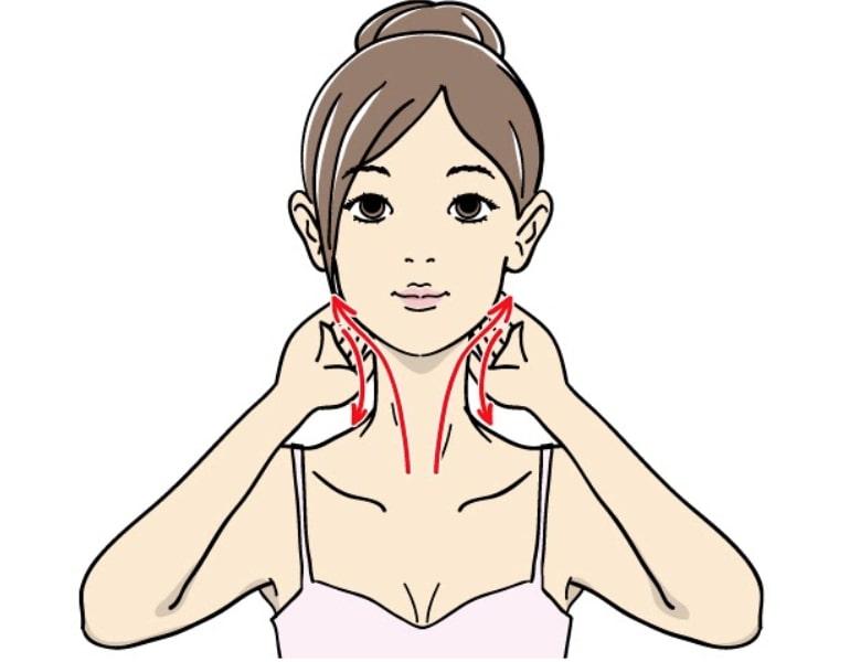 首のマッサージをする女性