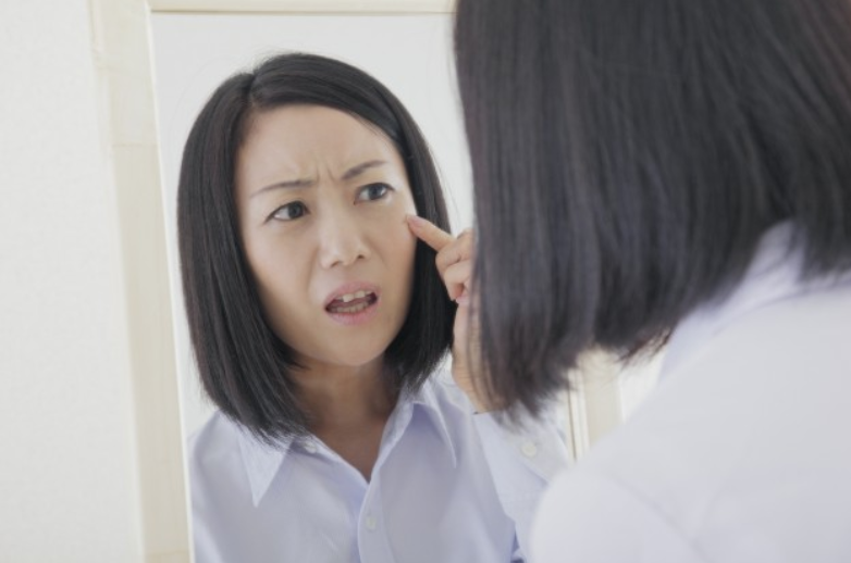 目元のくすみを悩む女性