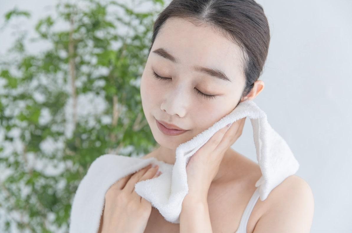 タオルで顔を拭く
